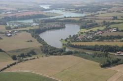 Vue aérienne du lac de Rochereau qui vous permet d'apprécier son étendue.