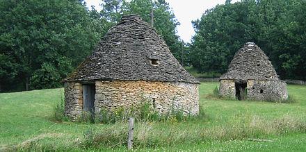 440px-Cabanes_en_pierre_sèche-Meyrals
