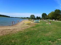 Une plage aménagée pour pratiquer des sports nautiques.